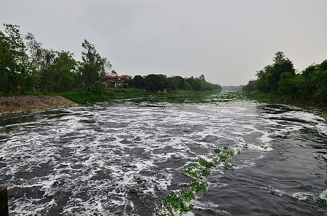 """Trả lời ĐBQH chất vấn tại kỳ họp từ 2015 đến 2020 về  giải pháp nào hạn chế nước sông Nhuệ ô nhiễm nặng chảy từ Hà Nội tới Hà Nam, Bộ TN-MT đã trả lời có 6 nhóm giải pháp: tăng cường, đẩy mạnh, chú trọng, đề nghị, triển khai, phối hợp… những giải pháp """"kinh điển""""  đã làm trong 30 năm qua, nhưng ô nhiễm không giảm mà ngày càng trầm trọng thêm trong 5 năm gần đây. Ảnh tư liệu"""