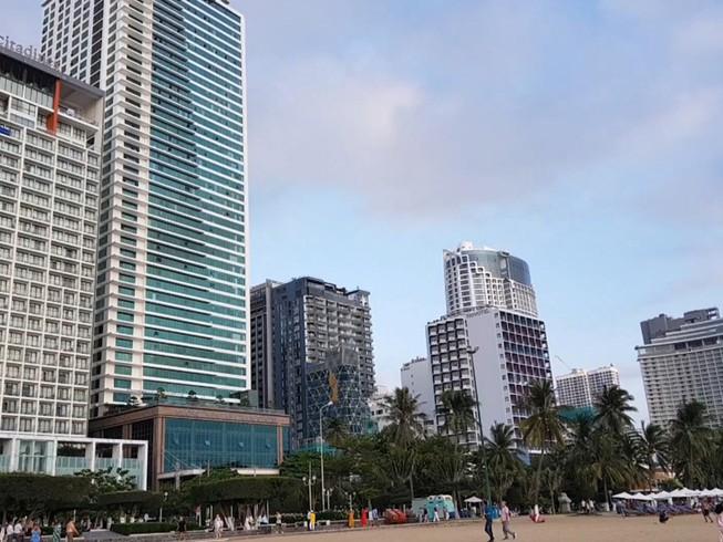 Từ việc được cấp đất ở không hình thành đơn vị ở, nhiều cao ốc với hàng chục ngàn căn hộ du lịch mọc lên ngay bên bờ biển Nha Trang. Ảnh: TẤN LỘC