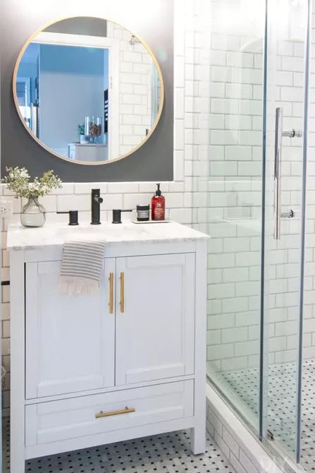 Màu trắng phù hợp với bất kỳ phong cách thiết kế nào. Gạch thẻ màu trắng trên tường và gạch mosaic dưới sàn giúp phòng tắm thêm rộng rãi hơn, tươi sáng và sang trong.