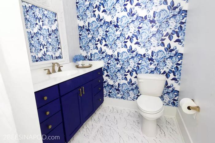 Không gian nhỏ tuyệt đẹp này sử dụng sàn gạch lát đá cẩm thạch vuông cỡ lớn tạo cảm giác phòng tắm rộng hơn hẳn. Dùng thêm ốp gạch tường màu xanh dương đem lại hiệu quả thư giãn tối đa cho phòng tắm của bạn.