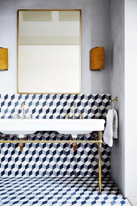 Gạch ốp có họa tiết hoa văn hình học chính là điểm nhấn cực hút mắt trong phòng tắm này. Gạch này giúp phân chia không gian và mang lại vẻ hiện đại và cá tính cho phòng tắm.