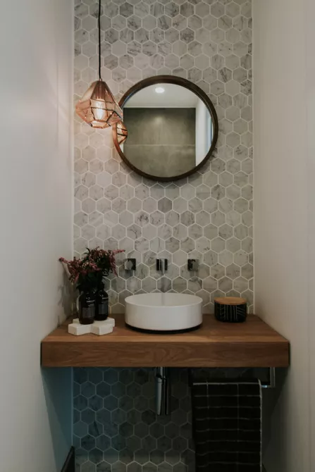 Gạch mosaic là loại gạch gồm nhiều viên gạch nhỏ với các màu sắc khác nhau được ghép trên một gạch lớn. Để bức tường gạch mosaic ở giữa hai bức tường sơn màu trắng giúp trung hòa màu sắc và khiến phòng tắm này không bị rối mắt.