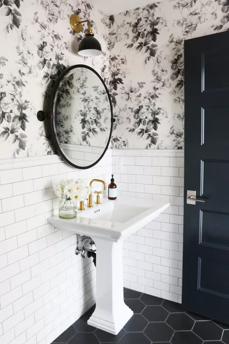 Hai gam màu đen và trắng tạo nên vẻ cổ điển nhưng vẫn hiện đại, đơn giản nhưng đầy lôi cuốn cho phòng tắm. Những viên gạch đen không chỉ là điểm nhấn hút mắt mà còn tạo ra sự phân định khéo léo cho màu sắc trong phòng tắm này.