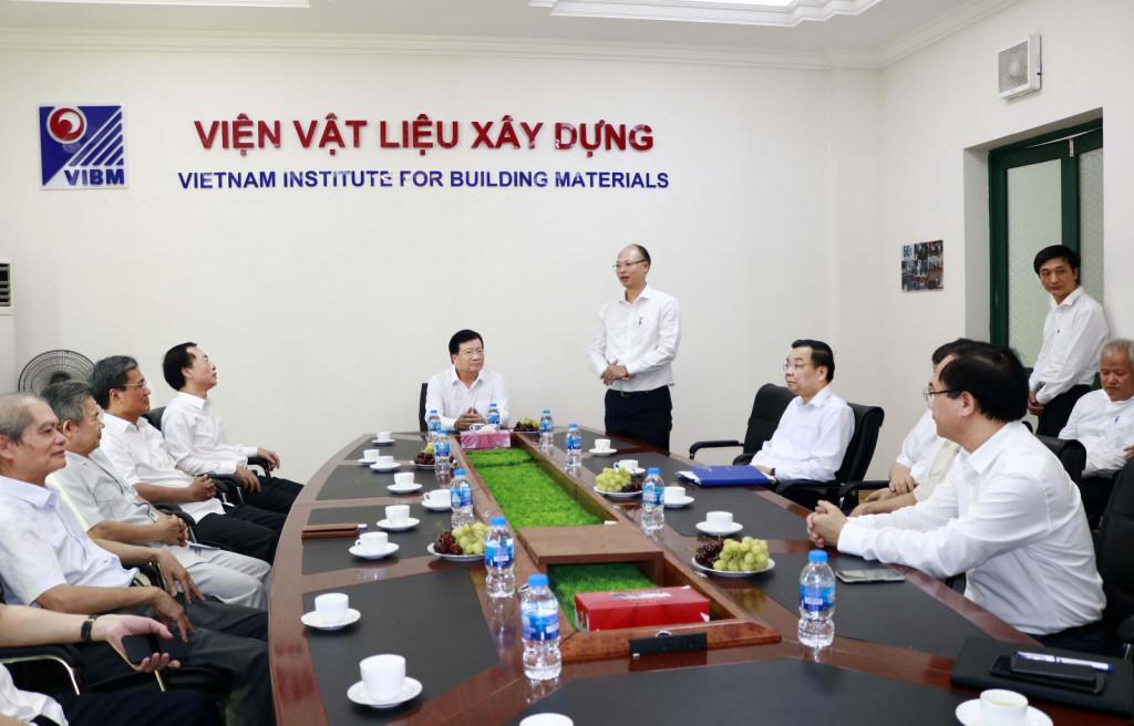 Cũng trong khuôn khổ buổi làm việc, Viện trưởng Lê Trung Thành đã giới thiệu với Phó Thủ tướng Trịnh Đình Dũng, Bộ trưởng Phạm Hồng Hà, Bộ trưởng Chu Ngọc Anh về lịch sử hình thành, phát triển cũng như những thành tựu nổi bật của Viện Vật liệu xây dựng đạt được trong 50 năm qua