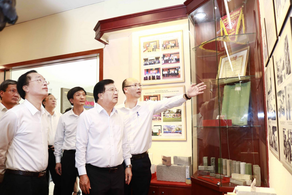 Viện trưởng Lê Trung Thành giới thiệu với Phó Thủ tướng Trịnh Đình Dũng, Bộ trưởng Phạm Hồng Hà những hình ảnh tư liệu trong Phòng truyền thống của Viện