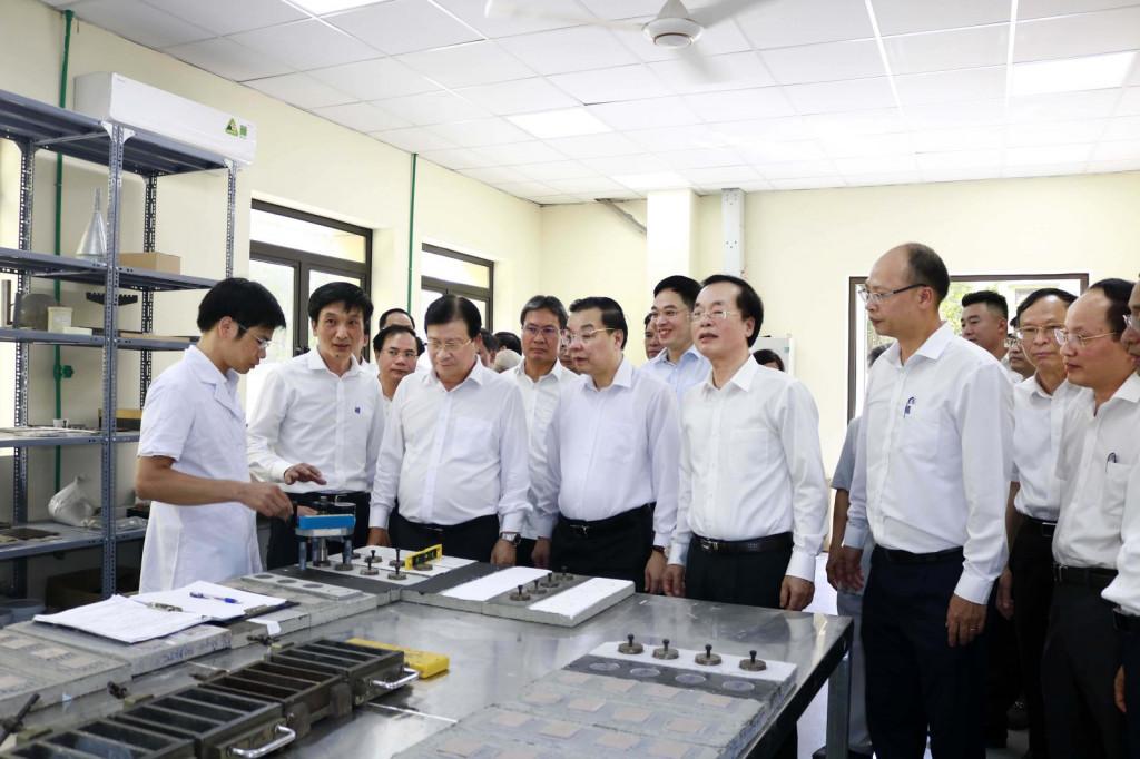 Phó Thủ tướng Trịnh Đình Dũng, Bộ trưởng Phạm Hồng Hà, Bộ trưởng Chu Ngọc Anh thăm cơ sở nghiên cứu, thí nghiệm của Viện Vật liệu xây dựng