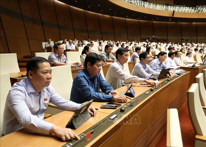 Các đại biểu Quốc hội biểu quyết thông qua Luật sửa đổi, bổ sung một số điều của Luật Xây dựng. Ảnh: Văn Điệp/TTXVN