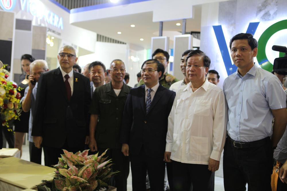 Thứ trưởng Nguyễn Văn Sinh, nguyên Bộ trưởng Bộ Xây dựng Nguyễn Hồng Quân cùng các đại biểu đến thăm gian hàng của Tổng Công ty Viglacera