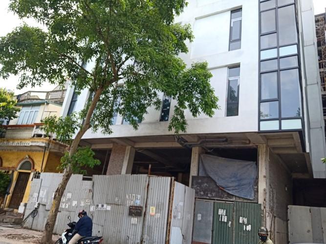 """Công trình xây dựng đang hoàn thiện trên phường Yên Hòa (quận Cầu Giấy, Hà Nội) """"gắn biển"""" cho thuê văn phòng và căn hộ"""