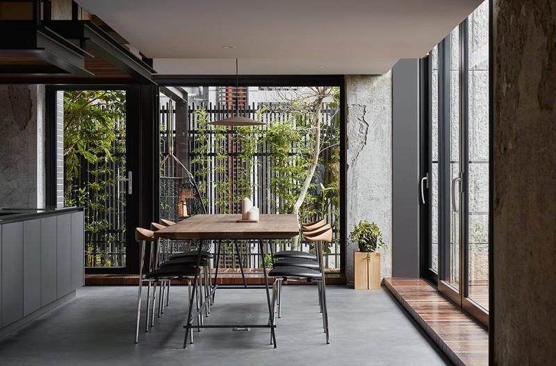 Khung cảnh sân vườn dễ dàng nhìn thấy từ phòng ăn.