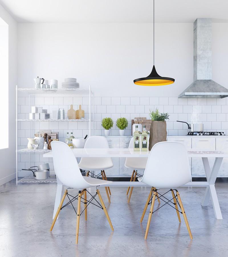 Một phòng ăn màu trắng đơn giản, được điểm tô bằng một vài gam màu sắc của thiên nhiên