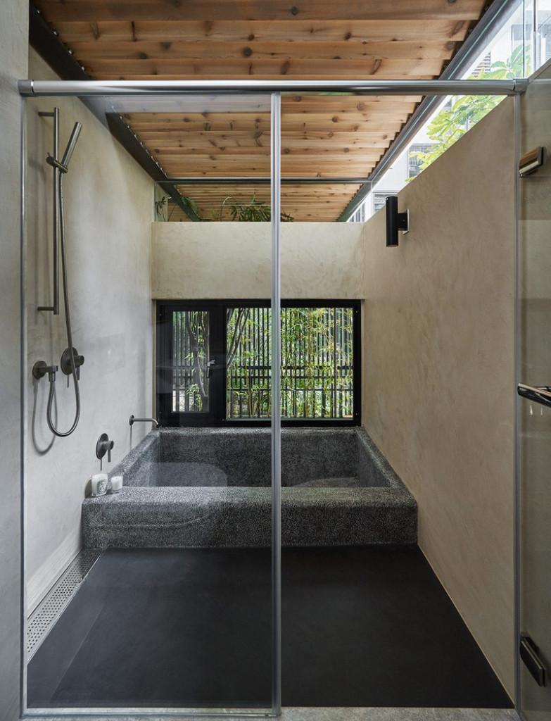 Mái hở mang thêm ánh sáng vào phòng tắm, để bổ sung ánh sáng cho một cửa sổ thấp hơn bên dưới.