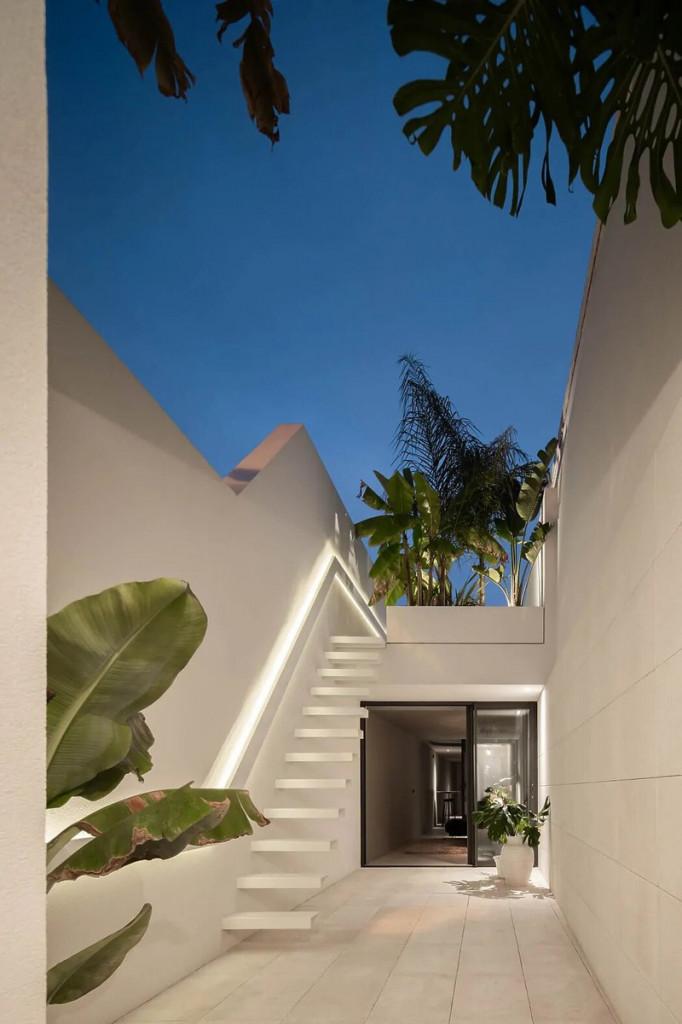 Nhà được xây dựng trên một mảnh đất dài 30m và rộng 2,5m với đầy đủ giếng trời, phòng khách, 1 phòng ngủ, nhà bếp và sân thượng