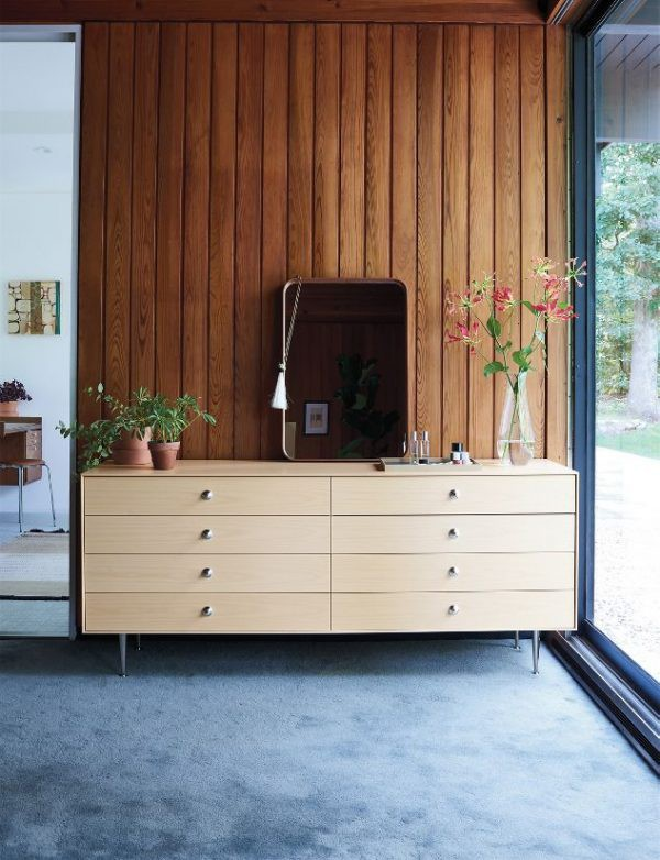 Chiếc tủ làm từ gỗ tái chế, thân thiện với môi trường. Màu sắc tủ mộc mạc, phù hợp với những ngôi nhà mang phong cách retro.