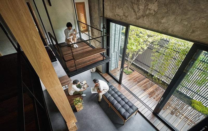 Tháp treo mang đến một khu vực đọc sách độc lập, tách biệt với phòng khách bên dưới.