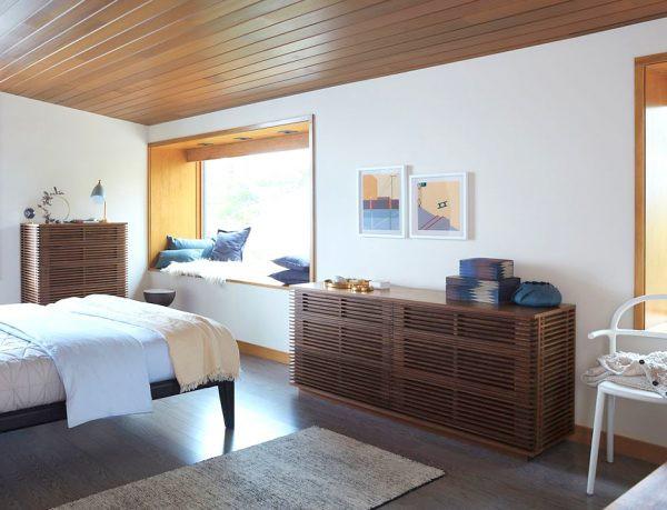 Các đường kẻ ngang thể hiện một cách nghệ thuật phương pháp làm tủ gỗ. Những họa tiết lặp đi lặp lại trên tủ cũng mang đến sự yên tĩnh, rất phù hợp cho phòng ngủ.
