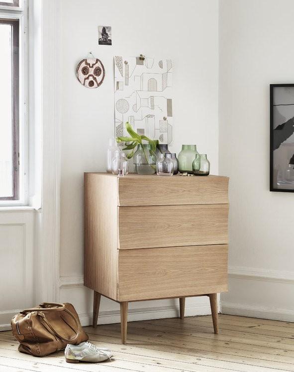 Một tủ quần áo nhỏ gọn, hiện đại có thể đặt được trong phòng khách, phòng ngủ hay thậm chí là phòng tắm nhờ cấu trúc gỗ sồi và hình dạng chân thon.