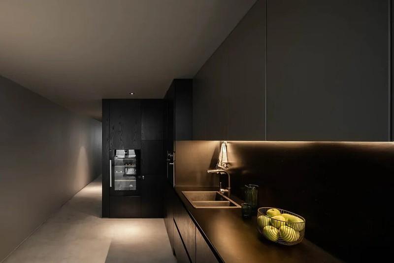 Bếp nấu ốp gạch tối được làm nổi bật dưới ánh đèn Led
