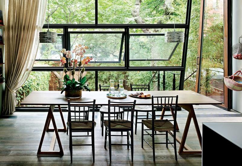 Gia chủ chọn chất liệu bàn ghế ăn phù hợp với khung cảnh xung quanh