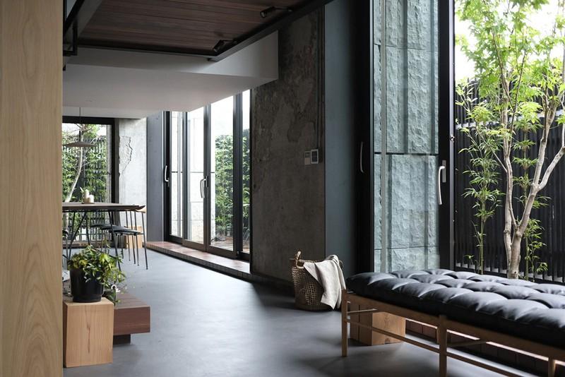Những cánh cửa bằng kính cho phép ánh sáng đi vào bên trong. Cây xanh tạo thành lớp lọc không khí bên ngoài, để nhiệt độ đi vào nhà luôn ổn định.