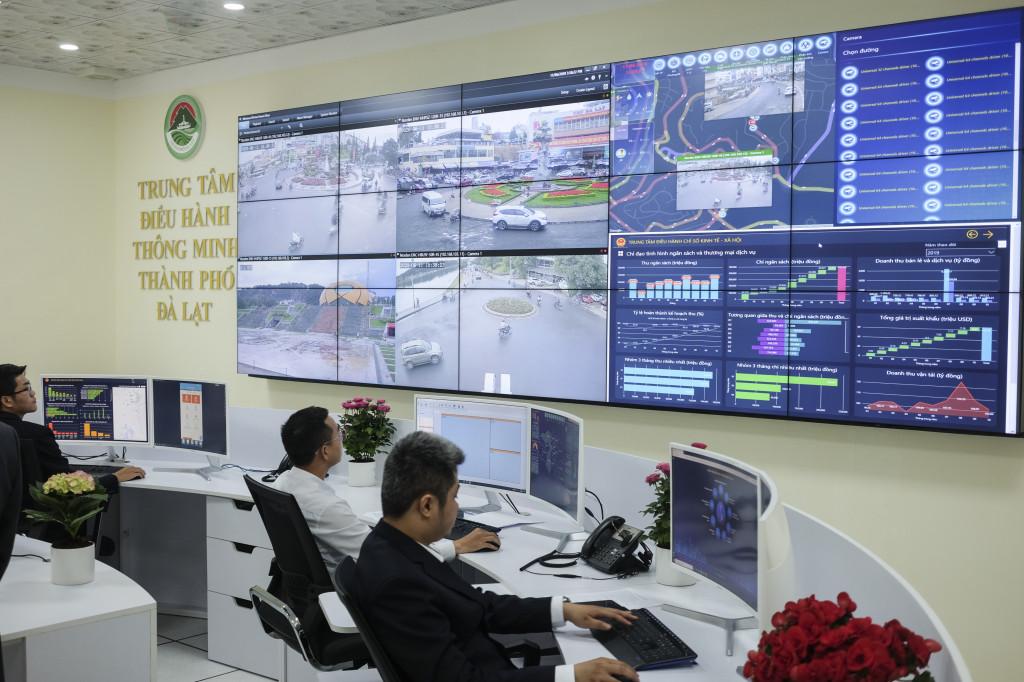 Từ trung tâm điều hành thông minh, cơ quan quản lý có thể nắm được tình hình đang diễn ra trên địa bàn 12 phường và 4 xã trực thuộc thành phố Đà Lạt một cách trực quan và liên tục. Ảnh: VGP/Hiền Minh