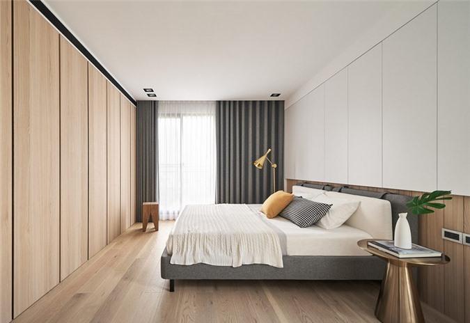 Tủ quần áo âm tường chạy dọc theo bức tường khiến phòng trông rộng hơn gấp bội