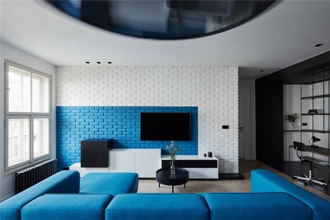 Sự tương phản giữa màu trắng và xanh lam mang đến tính nghệ thuật cho căn phòng