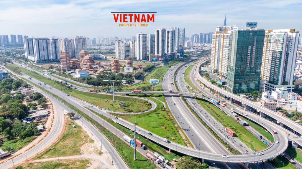 Dọc metro số 1 trên xa lộ Hà Nội, các dự án bất động sản đang liên tục mục lên, kiến trúc không đồng đều, hầu hết đều thuộc sở hữu của tư nhân