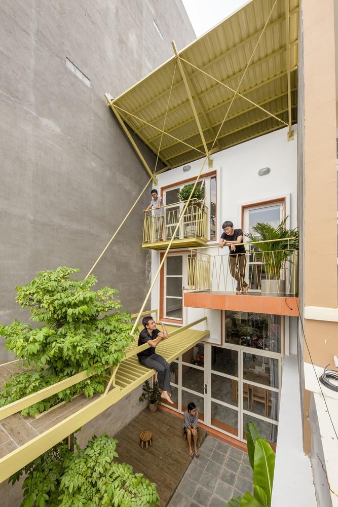 Ưu tiên sử dụng hệ thống thông gió tự nhiên thay điều hòa không khí, một hệ thống mái đôi của tấm tôn được sử dụng, vừa đem lại ánh sáng cho căn nhà vừa giúp cách nhiệt tuyệt vời