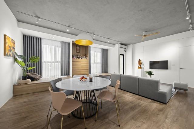 Ngoài ra, kiến trúc sư cũng sử dụng phương án dỡ trần thạch cao, thay bằng trần bê tông kết cấu tăng không gian giúp căn hộ có cảm giác rộng rãi và thông thoáng hơn.