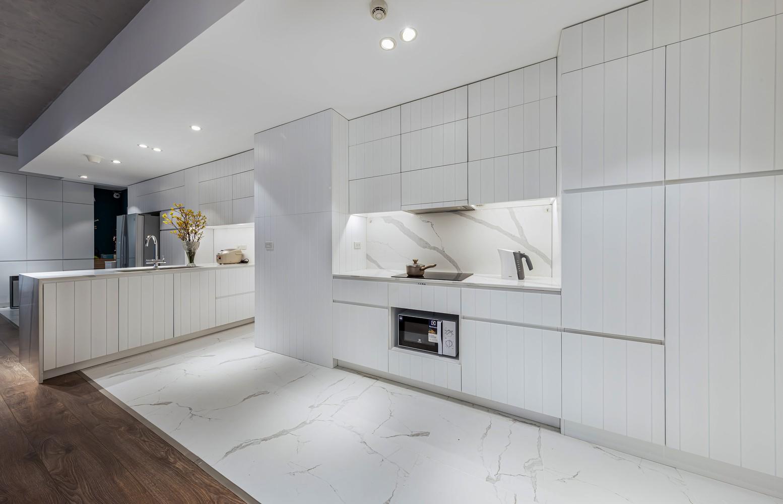 Màu trắng chủ đạo trong khu bếp cũng làm tăng cảm giác rộng rãi
