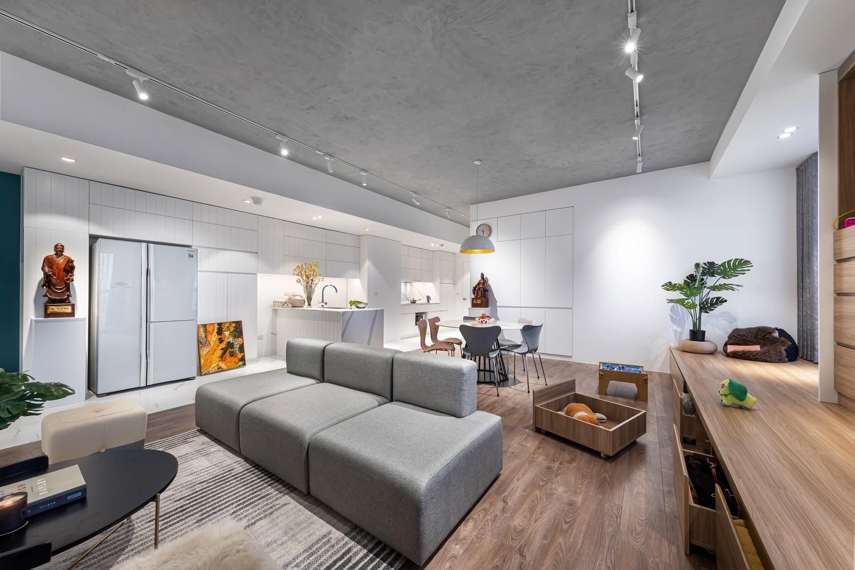 Căn hộ chung cư tọa lạc tại quận Hoàn Kiếm (Hà Nội) nơi mật độ xây dựng cao và giá nhà vô cùng đắt đỏ.Ngoài các tiện ích trong nhà, phần lớn các căn hộ phải đối mặt với những vấn đề phổ biến như trần nhà thấp, chia nhiều phòng nhỏ, không gian chứa đồ bị hạn chế...