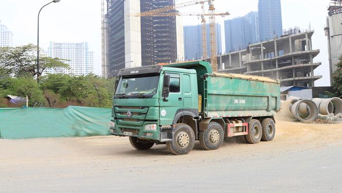 Xe ô tô của một công trình xây dựng trên đường Phạm Văn Đồng (quận Bắc Từ Liêm) gây bụi bẩn. Ảnh: Đỗ Tâm