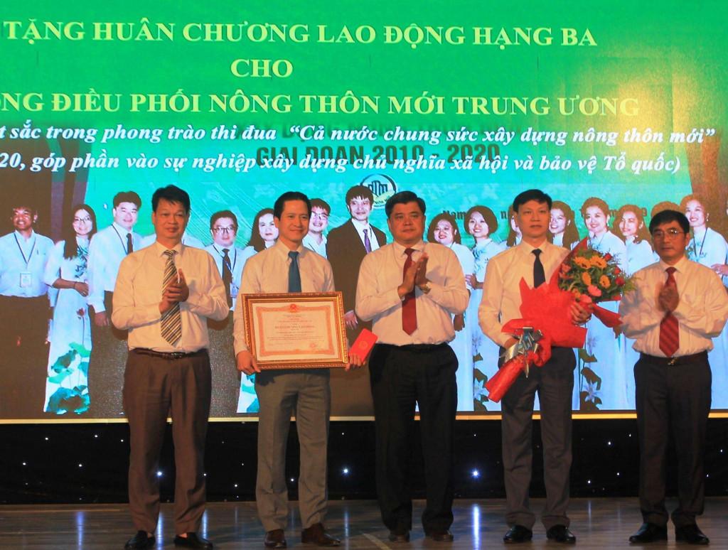 Thứ trưởng Bộ Nông nghiệp & PTNT Trần Thanh Nam trao Huân chương Lao động hạng Ba của Chủ tịch nước cho Văn phòng Điều phối NTM Trung ương- Ảnh: LT