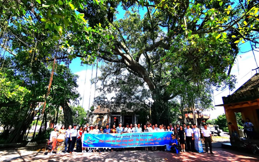 Các đại biểu thăm quan làng Nôm, xã Đại Đồng