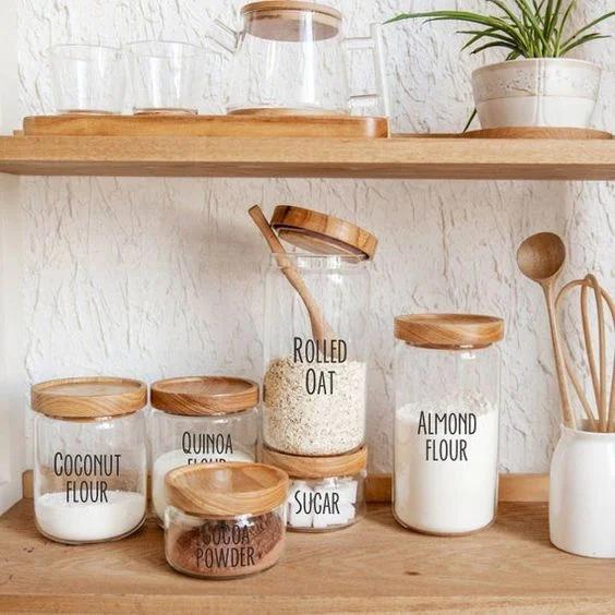 Dù hơi tẻ nhạt nhưng đây cũng là một trong những cách dễ nhất và rẻ nhất mang lại không gian gọn gàng cho phòng bếp nhỏ. Đặt các nguyên liệu nấu ăn hay sử dụng vào lọ thủy tinh trong suốt và dán nhãn sẽ giảm thời gian lục lọi tủ bếp tìm nguyên liệu nấu ăn.