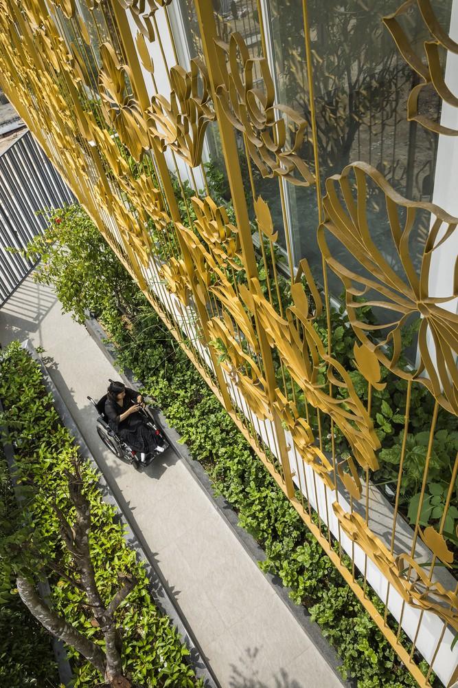Hệ thống khung sắt lan can họa tiết hoa sen bao quanh tầng hai không chỉ đảm bảo an ninh mà còn là tấm khiên hạn chế ánh sáng mặt trời chiếu vào nhà.