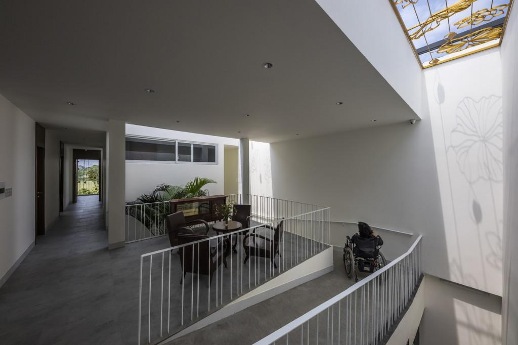 Căn nhà không sử dụng cầu thang mà thay vào đó là hệ thống đường dốc trượt chạy qua các tầng và khu chức năng