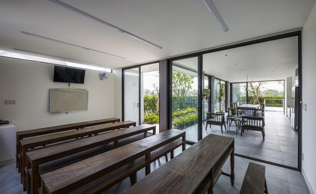 Phòng dạy tiếng Nhật tại nhà thiết kế thoáng mát với cửa kính cao sát trần nhìn ra vườn cây