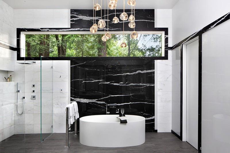 Thiết kế với những đường cong mềm mại của bồn tắm oval mang lại nét đẹp nhẹ nhàng cho căn phòng tắm gia đình