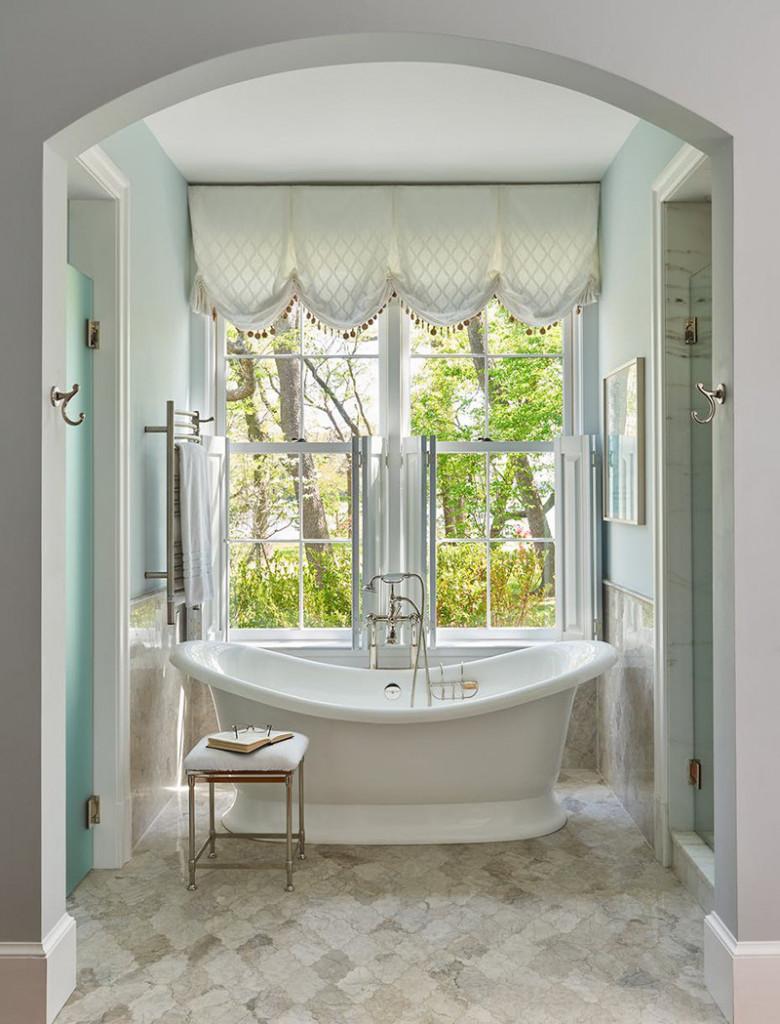 Một góc nhà tắm được thiết kế vô cùng hoàn hảo để bạn vừa có thể thả lỏng cơ thể vừa tận hưởng khung cảnh bên ngoài