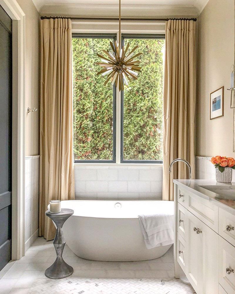 Góc bên cửa sổ luôn là một vị trí lý tưởng để đặt bồn tắm bên cạnh