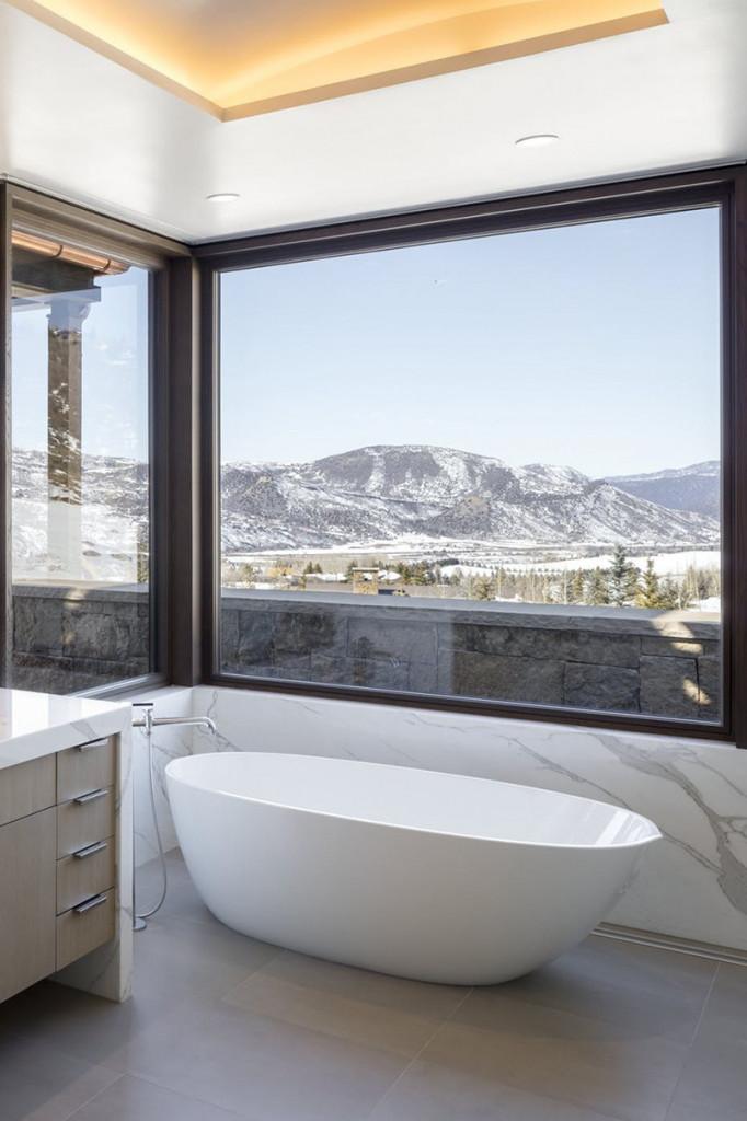 Ai mà không mong muốn được sử hữu một căn phòng tắm với góc view tuyệt vời như thế này chứ?