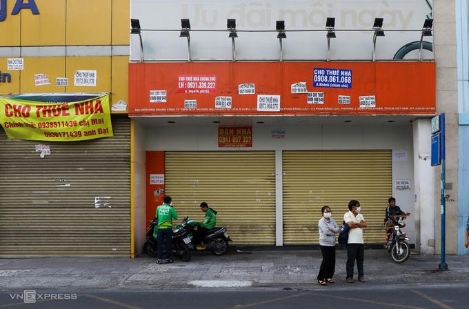 Hai căn nhà mặt tiền rao cho thuê trên đường Phan Đăng Lưu đóng cửa ngày 5/3. Ảnh: Quỳnh Trần