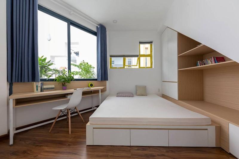 Phòng ngủ bố trí cạnh bàn làm việc và kệ sách