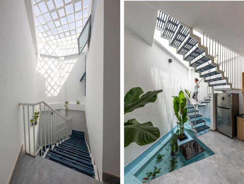 Cầu thang kết hợp giếng trời khiến ngôi nhà có cảm giác thông thoáng, không ngột ngạt như những dạng cầu thang bê tông