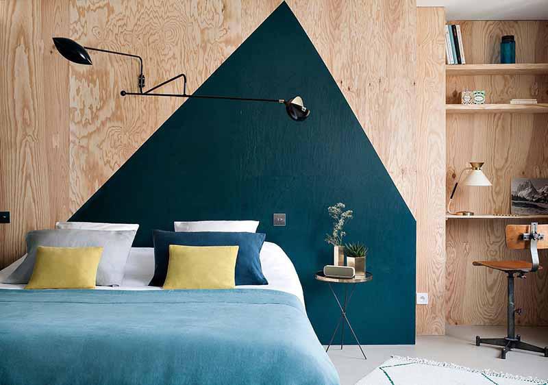 Phong cách trang trí bằng họa tiết hình học được vận dụng vào không gian phòng ngủ giúp khu vực đầu giường trông vô cùng hút mắt