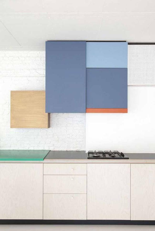 Tủ bếp được chia màu khiến căn bếp vừa trẻ trung vừa thu hút
