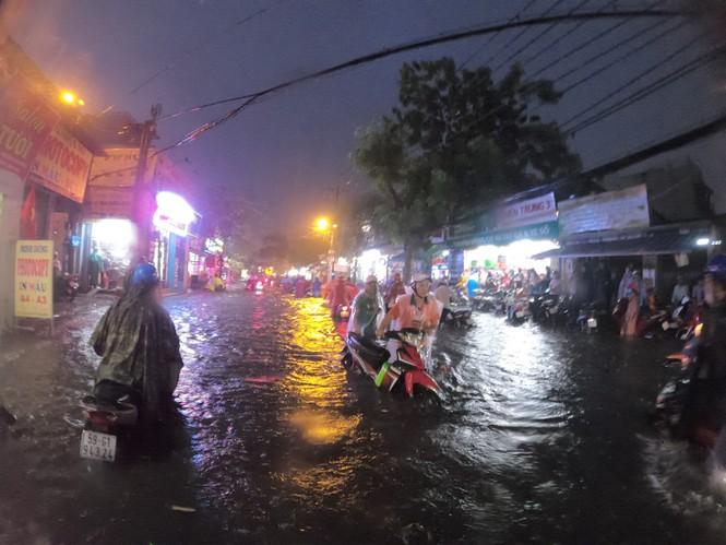 Mới mưa đầu mùa nhưng nhiều nơi ở khu vực trung tâm TPHCM ngập lút bánh xe