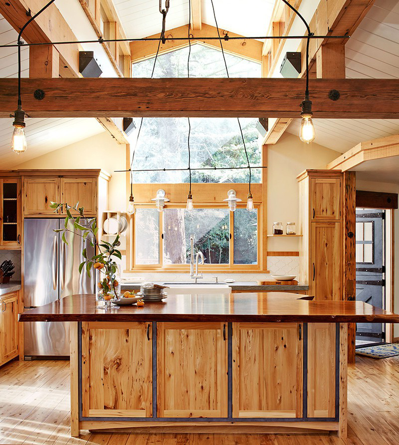Sự pha trộn giữa nét đẹp quen thuộc của chất liệu gỗ với những món đồ dùng và dụng cụ nhà bếp tạo nên một nét đẹp rất riêng biệt